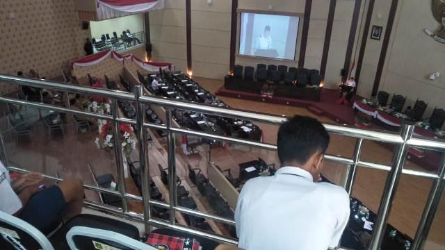 disaksikan-pelajar-smp-hanya-10-anggota-dprd-medan-hadiri-rapat